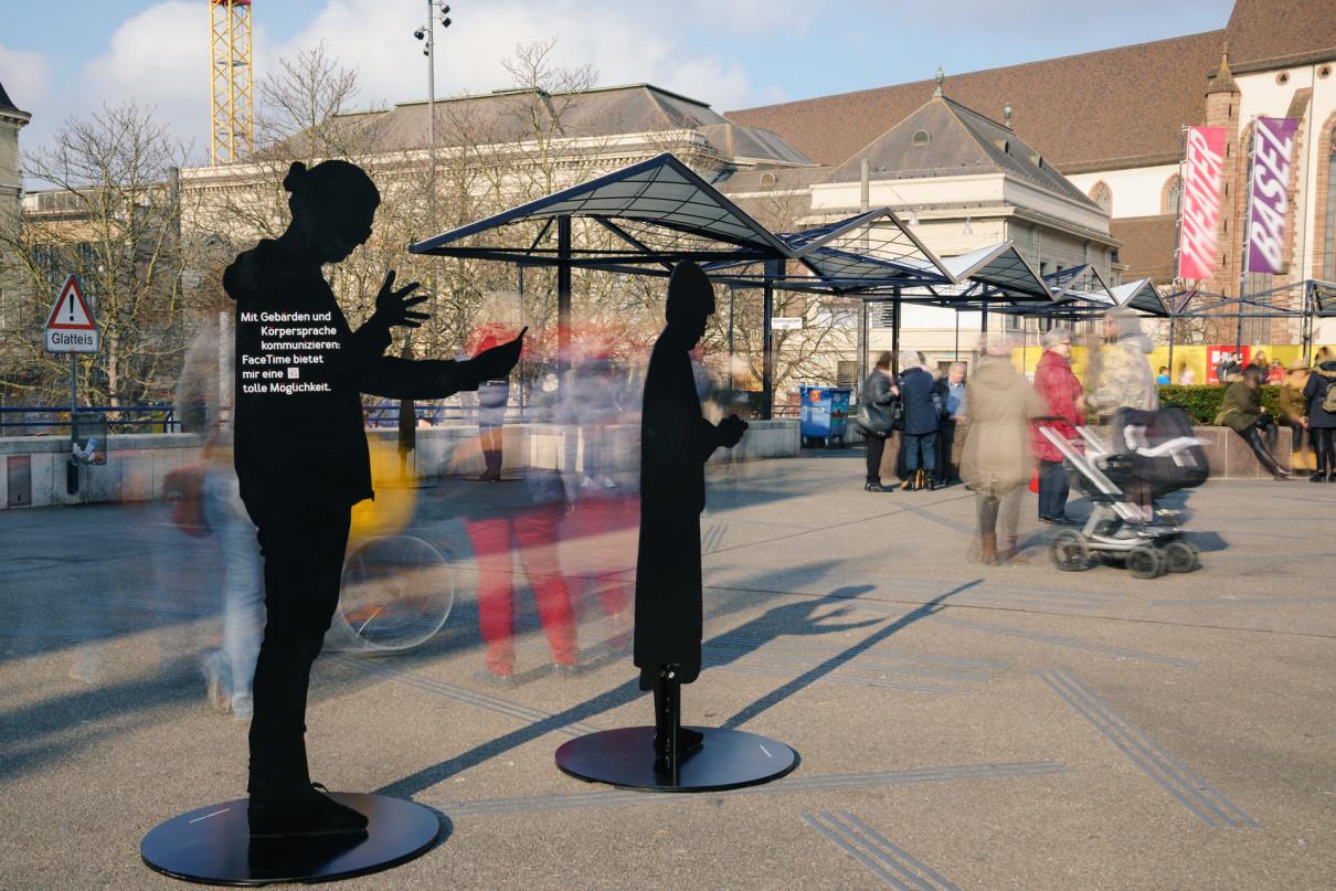 Das Foto zeigt 2 der Silhouetten während der Ausstellung auf dem Theaterplatz in Basel.